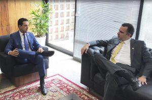 Presidente do CREFITO-4, Dr. Anderson Coelho sentado em um sofá de frente para o senador, Rodrigo Pacheco